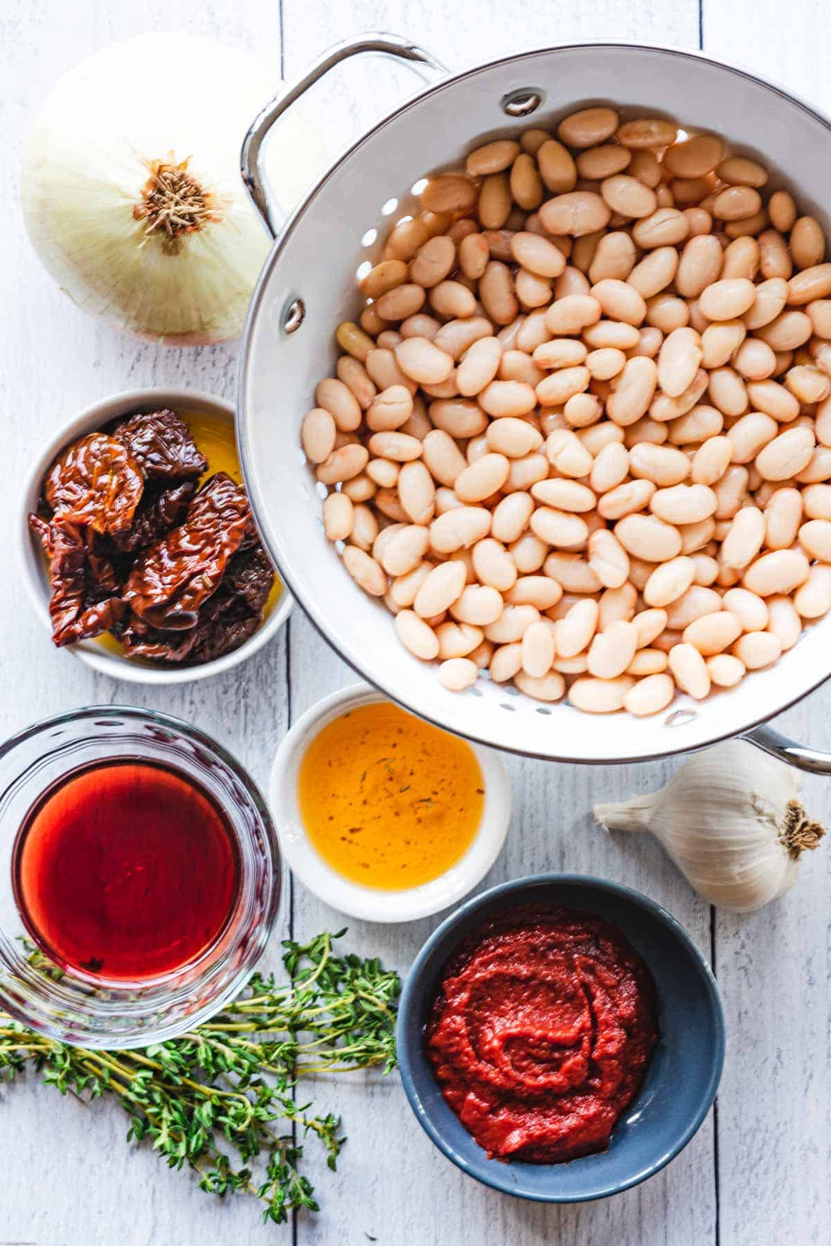 Ingredients: white beans, tomato paste, fresh thyme, vegetable broth, sun-dried tomatoes in oil, onion, and garlic.